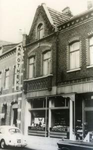 Schwarzweiss-Fotografie: die Front der Apotheke im Jahr 1964